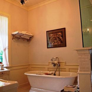 Diseño de cuarto de baño tradicional con bañera exenta, ducha abierta, baldosas y/o azulejos blancos, baldosas y/o azulejos de cerámica, paredes blancas y suelo de madera pintada