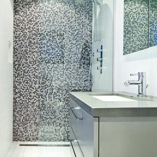 Idee per una piccola stanza da bagno con doccia moderna con ante lisce, ante grigie, doccia a filo pavimento, piastrelle nere, pistrelle in bianco e nero, piastrelle grigie, piastrelle bianche, piastrelle a mosaico, pareti bianche, pavimento con piastrelle in ceramica, lavabo sottopiano e top in zinco