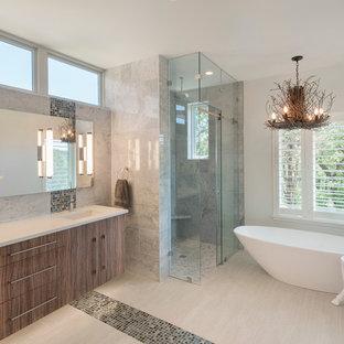 Idéer för ett modernt en-suite badrum, med släta luckor, skåp i mellenmörkt trä, ett fristående badkar, en hörndusch, grå kakel, flerfärgad kakel, mosaik, vita väggar, ett undermonterad handfat och dusch med skjutdörr