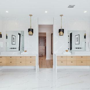 Diseño de cuarto de baño principal, retro, extra grande, con suelo blanco, encimeras blancas, armarios con paneles lisos, puertas de armario de madera clara, baldosas y/o azulejos blancos, paredes blancas y lavabo sobreencimera