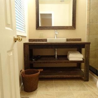На фото: с высоким бюджетом маленькие ванные комнаты в стиле рустика с накладной раковиной, фасадами островного типа, темными деревянными фасадами, столешницей из дерева, душем в нише, раздельным унитазом, бежевой плиткой, керамической плиткой, бежевыми стенами, полом из керамической плитки и душевой кабиной