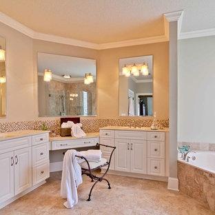 Inspiration för ett stort vintage gul gult badrum, med luckor med upphöjd panel, vita skåp, ett hörnbadkar, en dusch i en alkov, en toalettstol med separat cisternkåpa, grå kakel, porslinskakel, grå väggar, klinkergolv i keramik, ett undermonterad handfat, flerfärgat golv och dusch med gångjärnsdörr