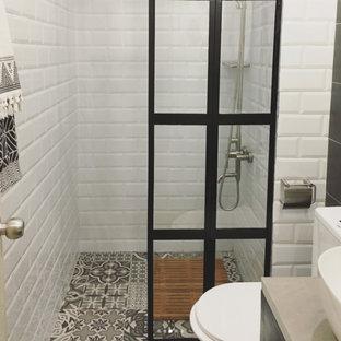 Стильный дизайн: маленькая ванная комната в стиле лофт с плоскими фасадами, черными фасадами, белой плиткой, плиткой кабанчик, разноцветными стенами, полом из керамической плитки, душевой кабиной, столешницей из бетона и разноцветным полом - последний тренд