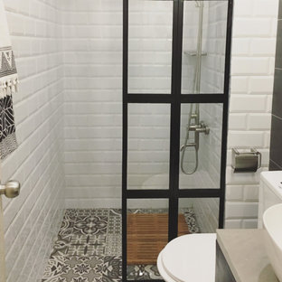 Новые идеи обустройства дома: маленькая ванная комната в стиле лофт с плоскими фасадами, черными фасадами, белой плиткой, плиткой кабанчик, разноцветными стенами, полом из керамической плитки, душевой кабиной, столешницей из бетона и разноцветным полом