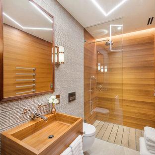 Idee per una grande stanza da bagno padronale tropicale con ante lisce, ante bianche, doccia aperta, WC sospeso, piastrelle di marmo, lavabo sospeso, top in legno, doccia aperta e pareti beige