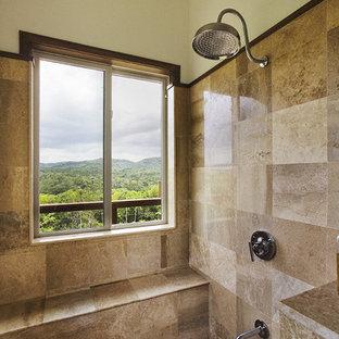 Esempio di una stanza da bagno padronale tropicale di medie dimensioni con piastrelle beige, vasca/doccia e pareti gialle