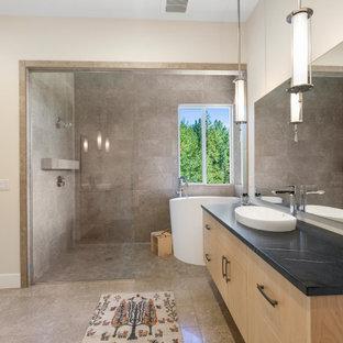 Idéer för att renovera ett funkis svart svart en-suite badrum, med släta luckor, skåp i mellenmörkt trä, ett japanskt badkar, våtrum, grå kakel, beige väggar, ett fristående handfat, beiget golv och med dusch som är öppen