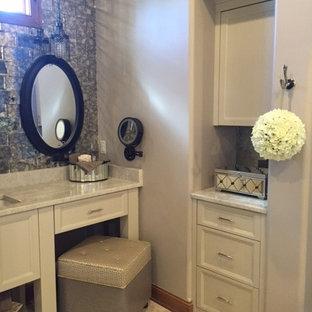 Immagine di una stanza da bagno padronale classica con ante beige, piastrelle a specchio, pareti beige, top in quarzite e porta doccia a battente