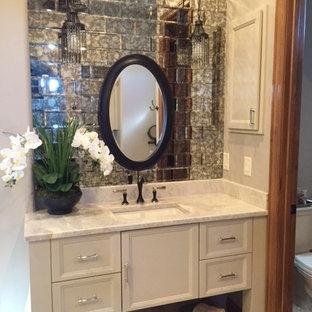 Idee per una stanza da bagno padronale tradizionale con ante beige, piastrelle a specchio, pareti beige, top in quarzite e porta doccia a battente
