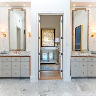 Idee per una grande stanza da bagno padronale tradizionale con ante lisce, ante grigie, piastrelle gialle, pareti bianche, pavimento in marmo, lavabo sottopiano, top in marmo, pavimento bianco e top bianco