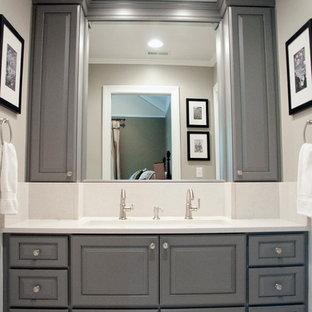 Foto de cuarto de baño bohemio, de tamaño medio, con lavabo de seno grande, armarios con paneles con relieve, puertas de armario grises, encimera de cuarzo compacto, bañera empotrada, sanitario de dos piezas, baldosas y/o azulejos blancos, baldosas y/o azulejos de porcelana, paredes grises, suelo con mosaicos de baldosas, suelo blanco, encimeras blancas, combinación de ducha y bañera y ducha con cortina