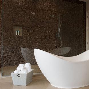 Exempel på ett stort modernt en-suite badrum, med släta luckor, skåp i mörkt trä, ett fristående badkar, en dusch i en alkov, en toalettstol med hel cisternkåpa, brun kakel, mosaik, beige väggar, kalkstensgolv, ett fristående handfat, granitbänkskiva, beiget golv och med dusch som är öppen