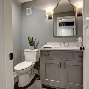 Idee per una stanza da bagno con doccia stile americano con lavabo sottopiano, ante in stile shaker, ante grigie, top in granito, WC a due pezzi, piastrelle nere, pareti grigie e pavimento con piastrelle in ceramica