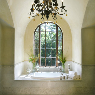 Свежая идея для дизайна: ванная комната в средиземноморском стиле с накладной ванной, желтыми стенами, мраморным полом и бежевым полом - отличное фото интерьера