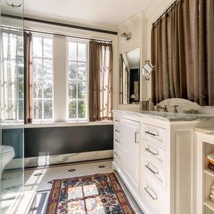 Mittelgroßes Klassisches Badezimmer mit weißen Schränken, schwarzer Wandfarbe und Mosaik-Bodenfliesen in Nashville