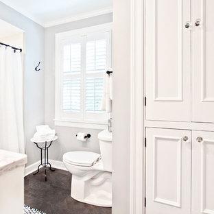 Inredning av ett klassiskt litet flerfärgad flerfärgat badrum för barn, med luckor med infälld panel, vita skåp, en dusch i en alkov, en toalettstol med separat cisternkåpa, vit kakel, porslinskakel, grå väggar, klinkergolv i porslin, ett undermonterad handfat, brunt golv, dusch med duschdraperi, granitbänkskiva och ett badkar i en alkov