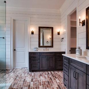Exempel på ett lantligt badrum, med ett fristående badkar, en hörndusch, tegelgolv, bänkskiva i kvarts och dusch med gångjärnsdörr