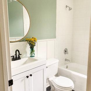 Foto på ett litet amerikanskt vit badrum, med skåp i shakerstil, vita skåp, ett badkar i en alkov, en dusch/badkar-kombination, en toalettstol med separat cisternkåpa, vit kakel, porslinskakel, gröna väggar, vinylgolv, ett integrerad handfat, marmorbänkskiva, grått golv och dusch med duschdraperi