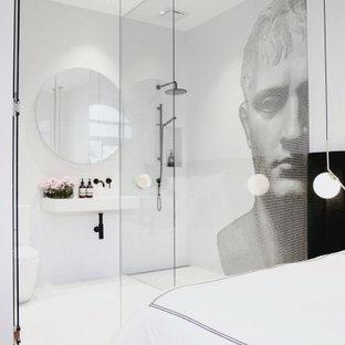 Modernes Badezimmer mit bodengleicher Dusche, schwarz-weißen Fliesen, Mosaikfliesen, Wandwaschbecken, weißem Boden, offener Dusche und Einzelwaschbecken in Sonstige