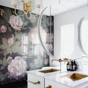 Idee per una stanza da bagno design con ante bianche, doccia a filo pavimento, piastrelle nere, piastrelle verdi, piastrelle rosa, piastrelle bianche, piastrelle a mosaico, pareti bianche, lavabo sottopiano, pavimento nero, doccia aperta e top bianco