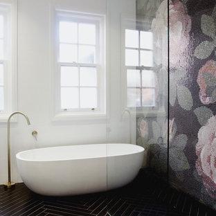 Ejemplo de cuarto de baño contemporáneo con bañera exenta, ducha a ras de suelo, baldosas y/o azulejos negros, baldosas y/o azulejos verdes, baldosas y/o azulejos rosa, baldosas y/o azulejos blancos, baldosas y/o azulejos en mosaico, paredes blancas, suelo negro y ducha abierta