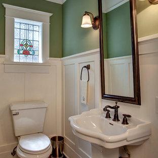 На фото: ванная комната в викторианском стиле с раковиной с пьедесталом и зелеными стенами