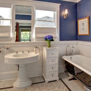 Rustikales Badezimmer mit Sockelwaschbecken und Löwenfuß-Badewanne in Seattle
