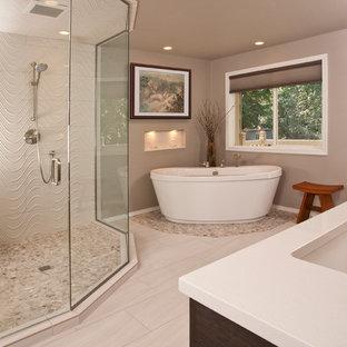Пример оригинального дизайна: большая главная ванная комната в современном стиле с врезной раковиной, плоскими фасадами, темными деревянными фасадами, столешницей из искусственного кварца, отдельно стоящей ванной, двойным душем, раздельным унитазом, бежевой плиткой, керамогранитной плиткой, коричневыми стенами и полом из керамогранита