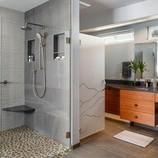 Idéer för ett stort modernt en-suite badrum, med släta luckor, skåp i mellenmörkt trä, ett fristående badkar, en öppen dusch, en toalettstol med separat cisternkåpa, grå kakel, keramikplattor, blå väggar, klinkergolv i småsten, ett undermonterad handfat, bänkskiva i kvarts, flerfärgat golv och med dusch som är öppen