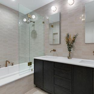Imagen de cuarto de baño principal, clásico renovado, con armarios estilo shaker, puertas de armario de madera en tonos medios, bañera encastrada, baldosas y/o azulejos multicolor, baldosas y/o azulejos de cerámica, suelo de terrazo, encimera de cuarzo compacto y encimeras blancas