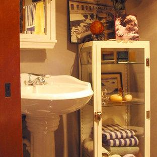 シアトルの小さいカントリー風おしゃれなマスターバスルーム (ペデスタルシンク、白いキャビネット、猫足浴槽、シャワー付き浴槽、分離型トイレ、グレーの壁、ガラス扉のキャビネット、黒いタイル、セラミックタイル、セラミックタイルの床) の写真