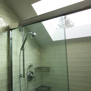Ispirazione per una stanza da bagno con doccia contemporanea di medie dimensioni con ante lisce, ante grigie, doccia alcova, piastrelle grigie, piastrelle di vetro, pareti bianche, pavimento in gres porcellanato, lavabo sottopiano, top in superficie solida, pavimento bianco e porta doccia scorrevole