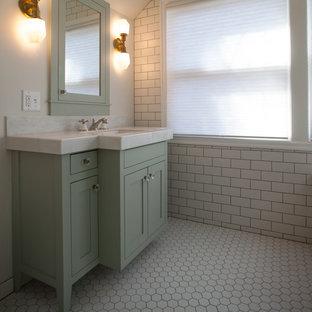 Immagine di una piccola stanza da bagno padronale tradizionale con ante in stile shaker, ante verdi, vasca ad angolo, doccia ad angolo, WC monopezzo, piastrelle bianche, piastrelle diamantate, pareti bianche, pavimento con piastrelle a mosaico, lavabo integrato e top in superficie solida