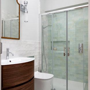 Idee per una piccola stanza da bagno con doccia minimal con ante lisce, ante marroni, doccia a filo pavimento, WC monopezzo, piastrelle bianche, piastrelle in gres porcellanato, pareti bianche, lavabo da incasso, pavimento verde, porta doccia scorrevole, un lavabo e mobile bagno sospeso