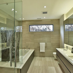 Ejemplo de cuarto de baño principal, actual, grande, con armarios con paneles lisos, puertas de armario de madera en tonos medios, bañera encastrada, ducha esquinera, sanitario de pared, baldosas y/o azulejos marrones, baldosas y/o azulejos de porcelana, paredes beige, suelo de baldosas de porcelana, lavabo bajoencimera y encimera de cuarzo compacto