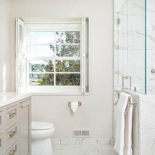 Mittelgroßes Klassisches Badezimmer En Suite mit weißen Fliesen, Porzellanfliesen, weißer Wandfarbe, Porzellan-Bodenfliesen, Kassettenfronten, grauen Schränken, Eckdusche, Unterbauwaschbecken, grauem Boden und Falttür-Duschabtrennung in San Francisco