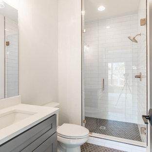 Diseño de cuarto de baño infantil y ladrillo, clásico renovado, de tamaño medio, ladrillo, con armarios estilo shaker, puertas de armario grises, ducha doble, sanitario de una pieza, baldosas y/o azulejos blancos, baldosas y/o azulejos de cemento, paredes blancas, suelo con mosaicos de baldosas, lavabo encastrado, encimera de cuarzo compacto, suelo gris, ducha con puerta con bisagras, encimeras blancas y ladrillo