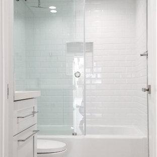 Idee per una piccola stanza da bagno per bambini minimalista con ante in stile shaker, ante bianche, bidè, piastrelle grigie, pareti grigie, pavimento con piastrelle in ceramica, lavabo sottopiano, top in quarzite, pavimento grigio, porta doccia scorrevole e top bianco