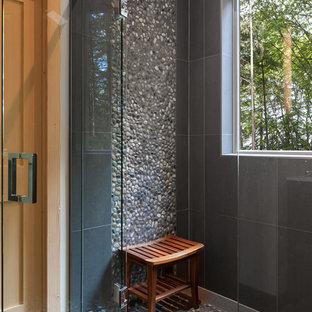 Ejemplo de cuarto de baño tradicional renovado con baldosas y/o azulejos negros, baldosas y/o azulejos multicolor, suelo de baldosas tipo guijarro y ducha con puerta con bisagras