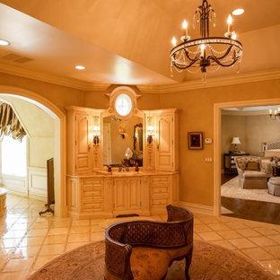 Идея дизайна: большая главная ванная комната в классическом стиле с монолитной раковиной, фасадами с утопленной филенкой, бежевыми фасадами, столешницей из гранита, отдельно стоящей ванной, бежевой плиткой, керамической плиткой, бежевыми стенами и полом из керамической плитки