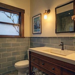 Foto di una stanza da bagno padronale american style di medie dimensioni con lavabo rettangolare, consolle stile comò, ante in legno scuro, top in cemento, doccia a filo pavimento, WC monopezzo, piastrelle blu, piastrelle in ceramica, pareti bianche e pavimento in marmo
