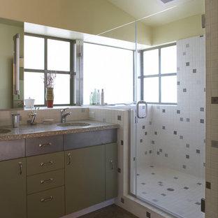 На фото: главная ванная комната среднего размера в стиле фьюжн с двойным душем, разноцветной плиткой, врезной раковиной, душем с распашными дверями, плоскими фасадами, зелеными фасадами, металлической плиткой, бетонным полом, столешницей из бетона, бежевыми стенами и коричневым полом с