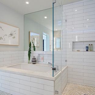Foto di una grande stanza da bagno padronale minimalista con vasca sottopiano, doccia ad angolo, piastrelle bianche, piastrelle diamantate, pareti grigie e pavimento in marmo