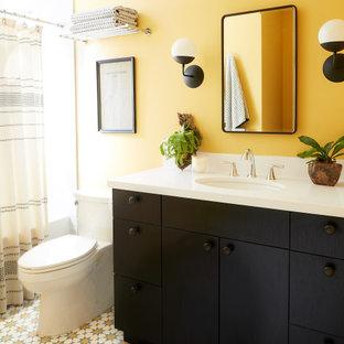 Idee per una stanza da bagno per bambini moderna di medie dimensioni con ante lisce, ante marroni, vasca/doccia, piastrelle bianche, pareti gialle, pavimento con piastrelle in ceramica, lavabo da incasso, pavimento multicolore, doccia con tenda, top bianco, un lavabo e mobile bagno incassato