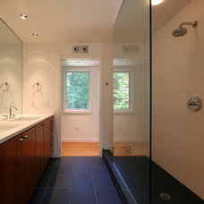 Modern Bathroom by Resolution: 4 Architecture