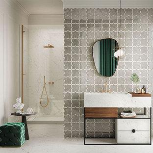 Inspiration för moderna badrum, med en dusch i en alkov, porslinskakel, klinkergolv i porslin, ett konsol handfat, kaklad bänkskiva och dusch med gångjärnsdörr