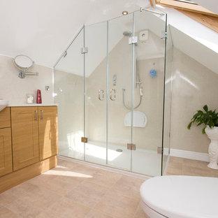 Mittelgroßes Modernes Badezimmer En Suite mit integriertem Waschbecken, Schrankfronten im Shaker-Stil, hellbraunen Holzschränken, Laminat-Waschtisch, Doppeldusche, weißer Wandfarbe und Linoleum in Kent
