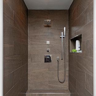 Свежая идея для дизайна: большая главная ванная комната в современном стиле с плоскими фасадами, белыми фасадами, открытым душем, унитазом-моноблоком, белой плиткой, каменной плиткой, белыми стенами, мраморным полом, настольной раковиной и столешницей из дерева - отличное фото интерьера