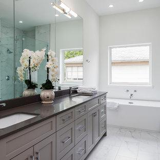 Diseño de cuarto de baño principal, clásico renovado, con armarios estilo shaker, puertas de armario grises, bañera exenta, ducha esquinera, baldosas y/o azulejos grises, baldosas y/o azulejos blancos, paredes blancas, lavabo bajoencimera, suelo blanco y encimeras marrones