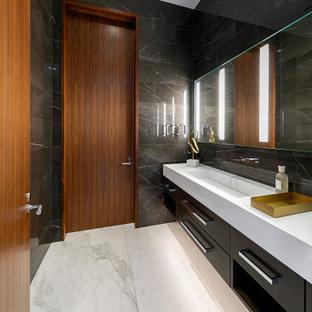Idéer för ett stort modernt vit badrum med dusch, med släta luckor, svarta skåp, svart kakel, ett avlångt handfat och grått golv